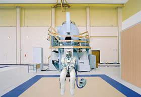 1.5-Fato Sokol pressurizado junto do módulo de treino Soyuz, Centro de Treino de Cosmonautas Yuri Gagarin, GCTC (Cidade das Estrelas, Rússia)