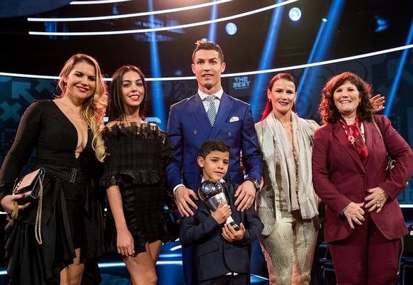 Ronaldo celebrou o título com o filho, a mãe, irmãs e namorada
