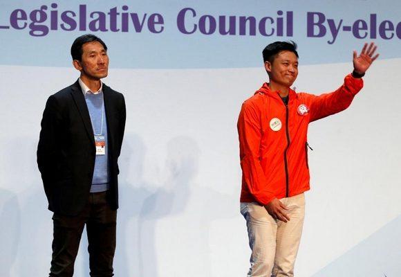 Vincent Cheng (dta) derrotou o pró-democrata Vincent Cheng (esq)